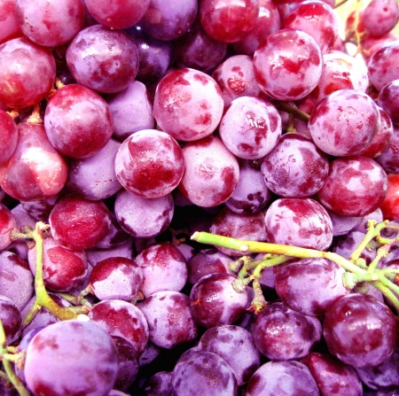 red skinned: Pile of fresh grapes