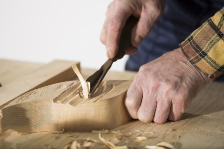 tallado en madera: Old trabajo tallador de madera en el taller