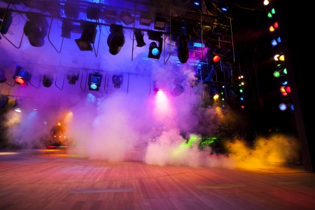 concierto de rock: Las luces del escenario en una consola, fuman Foto de archivo