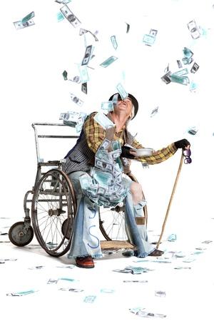 白地に金が多く、車椅子でホームレスの男性 写真素材 - 21006332