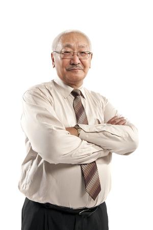 白で隔離交差した腕を持つ成熟した男の肖像