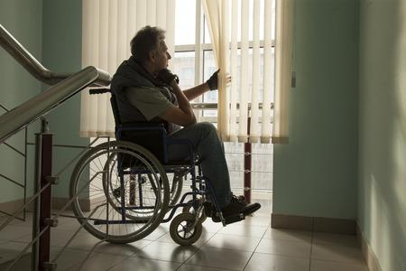 病院で車椅子の年配の男性 写真素材
