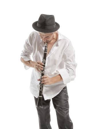 clarinet: hombre maduro en clarinete sombrero de juego en blanco del estudio apaisada