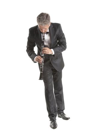 clarinete: Clarinete hombre juego maduro en el blanco del estudio apaisada Foto de archivo