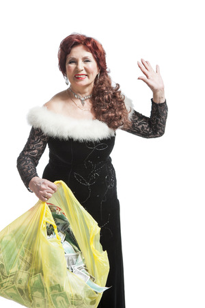 traje de gala: woman in evening dress collects money into the package