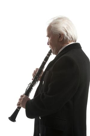 clarinete: hombre maduro en el clarinete escudo de juego en el estudio blanco apaisada Foto de archivo