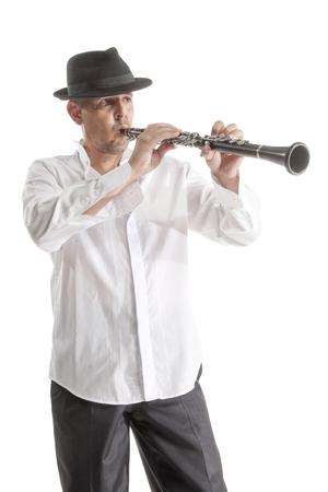 clarinete: hombre maduro en clarinete sombrero de juego en blanco del estudio apaisada