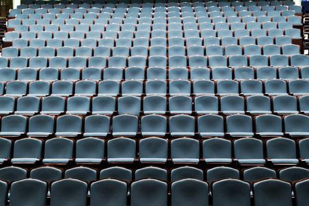 劇場の講堂で青い椅子の空行