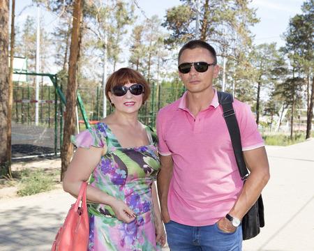 cuerpo entero: Joven caminando en el parque con su madre
