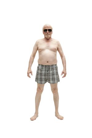 Älterer Mann posiert im Studio im Ausschnitt auf weißem Hintergrund