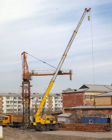Assembly and installation of a tower construction crane at a construction site