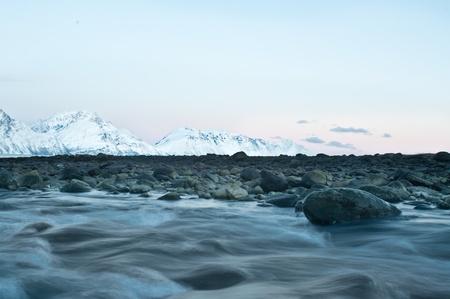 flowing river: R�o que fluye primer plano, fondo fiordo