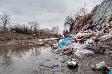 Illegale Deponie in der Nähe Kanalisation Standard-Bild