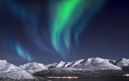 Schöne Aurora über Fjorde in der Nähe von Skibotn, Norwegen Lizenzfreie Bilder