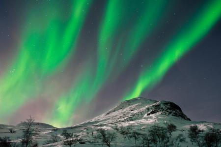 Beautyful Aurora Farben über Berggipfel in der Nähe Skibotn, Norwegen Standard-Bild