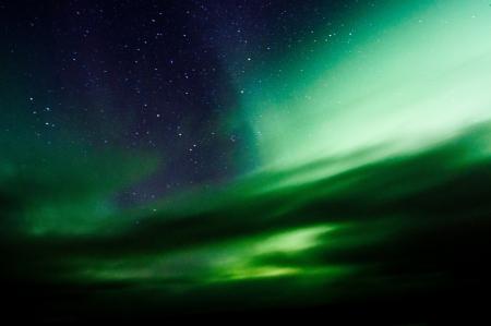 Nordlichter über Wald und Berg in der Nähe Skibon, Norwegen Captured
