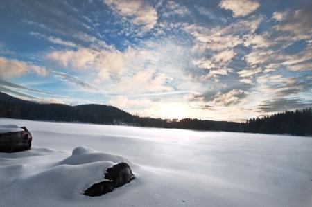 frozen lake: Bevroren meer, humeurige hemel bij zonsondergang