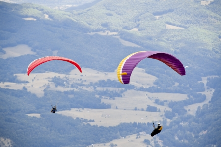 Gleitschirmfliegen als Extrem-und Fun-Sport Standard-Bild