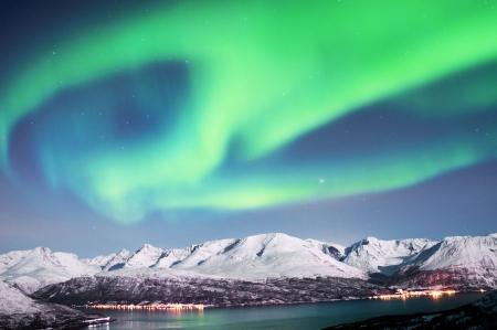 북부 노르웨이의 피오르드 위 오로라