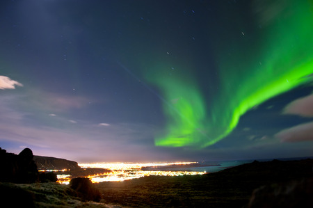 Luces del Norte por encima de Reykjavik Islandia
