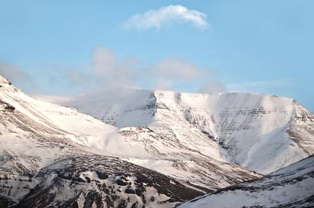 snow capped: Paisaje de Islandia, picos nevados de las monta�as