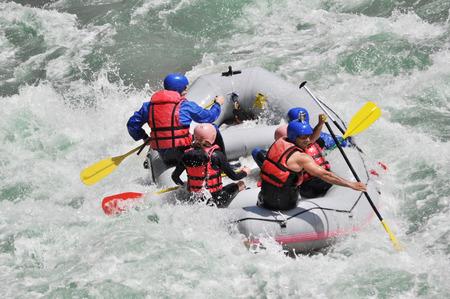 Wildwasser-Rafting so extrem und Fun-Sport Standard-Bild - 27662253