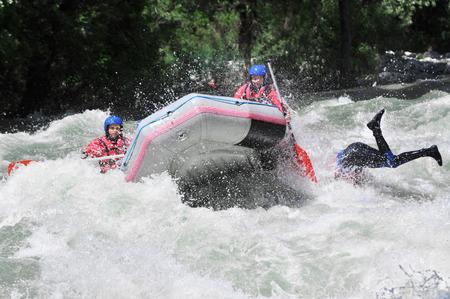 Wildwasser-Rafting, wie extreme und Fun-Sport Standard-Bild - 27662433