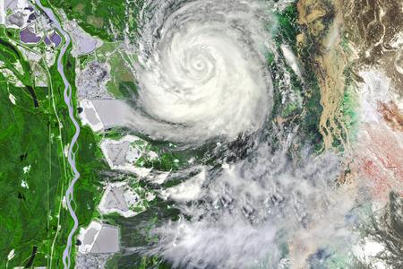 Typhoon in de buurt gewas veld verlaten overstromingen en afval land Stockfoto