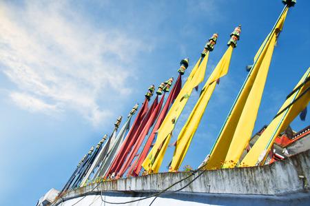 Tibetische Gebetsfahnen Pyllons an einem blauen Himmel Lizenzfreie Bilder