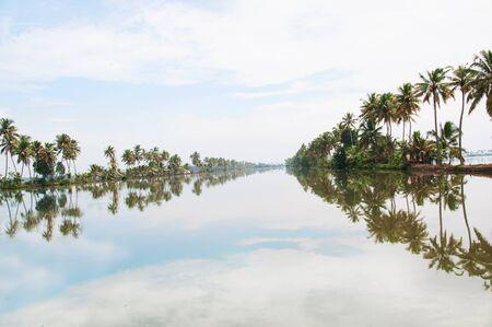 Bootsfahrt in einem asiatischen Wasserkanal in Kerala