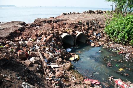 Kanalisation in einem Meer fließt. Lizenzfreie Bilder