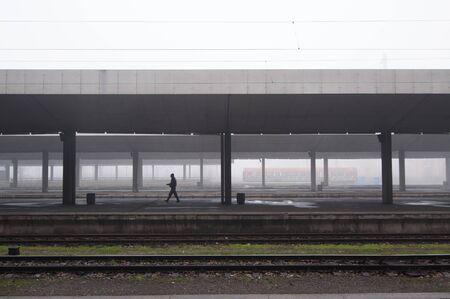 Nebelhafter Morgen am Bahnhof