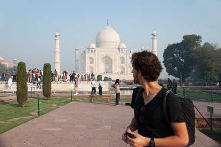 Reisende Blick auf Taj Mahal