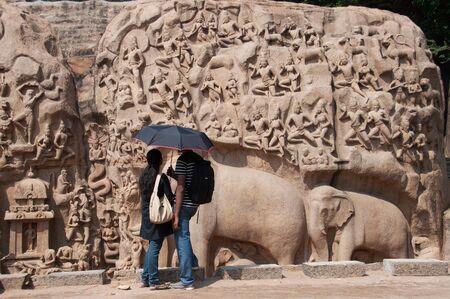 Paar im alten Denkmal