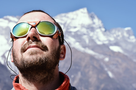 Portrait eines Bergsteigers auf hohen Gipfel Hintergrund.
