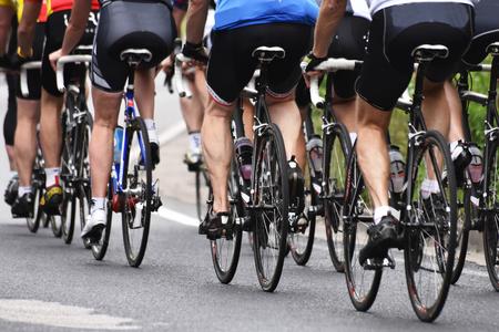 사이클링 경주, 길가에 자전거 타는 스포츠맨 스톡 콘텐츠