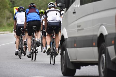 Radrennen, Sportler Radfahren auf der Straße Standard-Bild