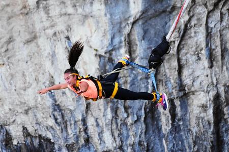 Bungee-Sprünge, extremer und unterhaltsamer Sport. Bungee in einer Höhle. Standard-Bild