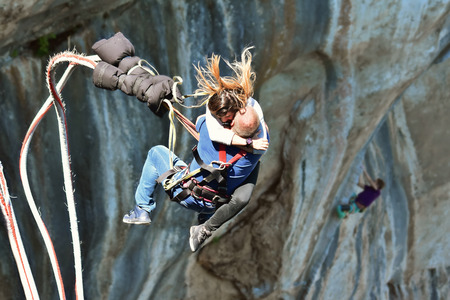 Tandem bungee jump as extreme and fun sport Standard-Bild