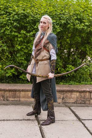 Lviv, de Oekraïne - Mei 23.2015: De vrouw, gekleed in de stijl van de Middeleeuwen presteert op stadium bij het festival cosplay Anicon in Lviv 23 Mei 2015