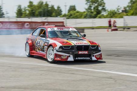 Lviv, 우크라이나 - 2016 년 6 월 4 일 : 자동차 브랜드 BMW에 알 수없는 라이더는 Lviv, 우크라이나에서 표류하는 우크라이나의 챔피언십에서 트랙을 극복.