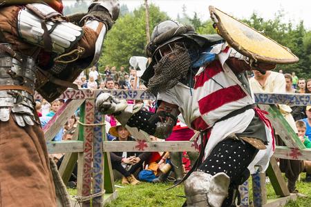 Urych、ウクライナ - 8 月 6,2016: Tustan 中世文化祭 Urych、8 月 6 日に西ウクライナの騎士の鎧で祭の 2016.Participants の戦いを手配