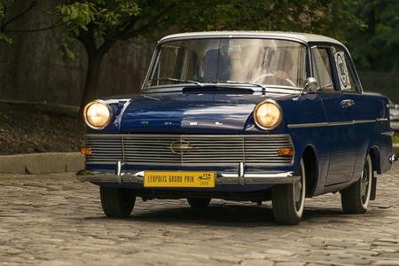 Lviv, Ukraine - 3. Juni 2018: Altes Retro-Auto Opel RFN mit seinem Besitzer und einem unbekannten Passagier, der am Rennen Leopolis Grand Prix 2018, Ukraine teilnimmt.