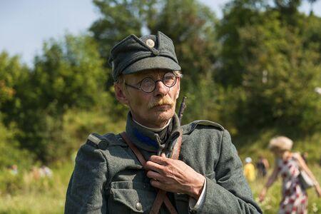 Lviv, Oekraïne - 3 september 2018: Militaire historische wederopbouw is gewijd aan de honderdste verjaardag van de proclamatie van de West-Oekraïense Volksrepubliek. Portret van een jager van het Oekraïense opstandelingenleger