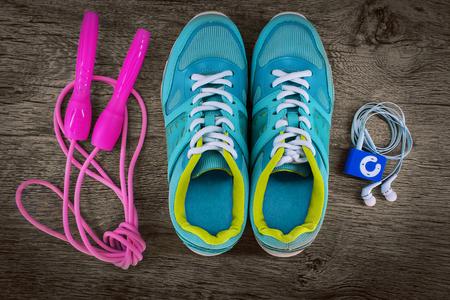 saltar la cuerda: calzado deportivo y una cuerda para saltar