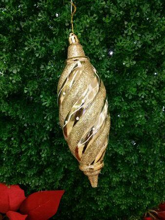 shiny: Gild shiny Christmas decorations.