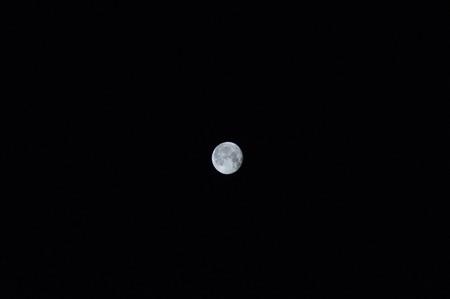 psyche: Una luna brillante en un cielo negro