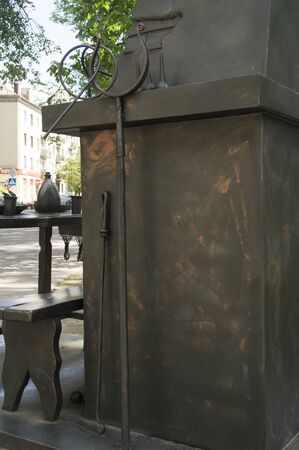 take a history: Sculpture of ancient ovens and poker to keep the dishes