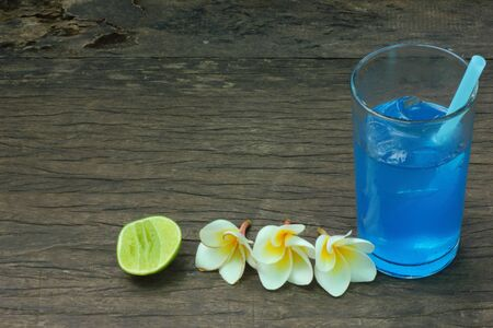 Squeeze the lemon soda drinks with blue flowers