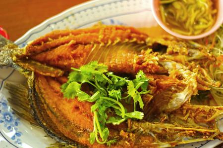 mango fish: Fried fish with mango salad.